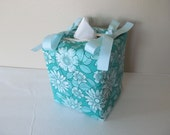 Tissue Box Cover/Pale Green Flower