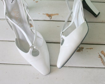 1980s HOLLYWOOD White Heels...size 7 womens...shoes. pumps. white heels. cinderella. princess. wedding. party heels. mod. retro. stiletto