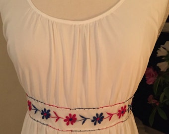 60s-70s vintage long white nightgown red white blue floral trim very bicentennial !!! Wonderful vintage condition! Lg-Xl