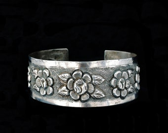vintage Mexican Deco 900 silver repousse Cuff Bracelet Maciel style with florals and stippling