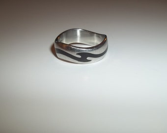 Vintage Signed INOX 316L Stainless Silver Wavy Band Ring With Black Enamel Size 11