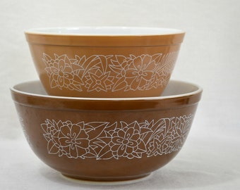 S/2 Pyrex Mixing Bowls in Woodland Brown - Woodsy Flowers