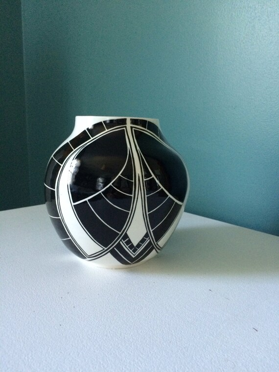 Round symmetrical pot