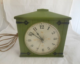 Vintage Avocado Green Clock,Made in the USA Clock, Barn door retro Westclox, Compass design on front face, Antique Westclox electric clock