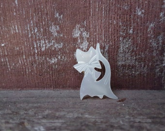 80s mother of pearl pearlized carved beautiful vintage white cat kitty brooch pin pet animal ornate trendy asian japanese style