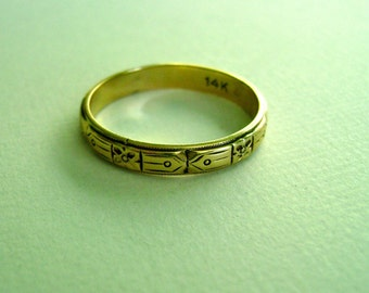patterned band in 14k gold, size 8.75