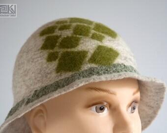 Beige cloche hat, 1920s hat, Felted beige hat, Retro dress hat, Beige and Green hat, Hand felted hat, Wet felted hat, Beige flapper hat
