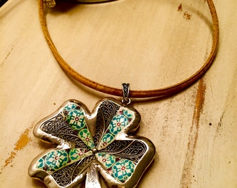 Short Necklace, whit big clover