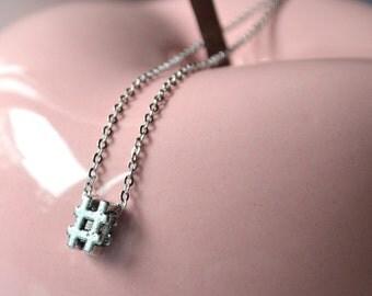 Collier pendentif symbole geek argenté