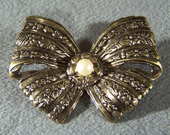 Vintage Gold Tone Round Faux Pearl fancy etched Bow pin brooch W    **RL