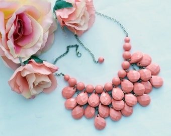Statement necklace in Peach