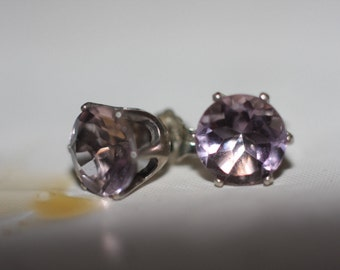 Handmade Jewelry/Sapphire 6mm. Lilac color natural stone set in sterling silver