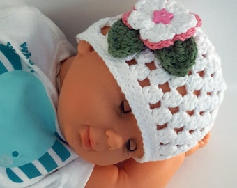 Crochet baby girl hat. Baby girl beanie. Baby beanie with flower. Photo prop. Baby shower gift. White. Handmade by Lilcuddles.