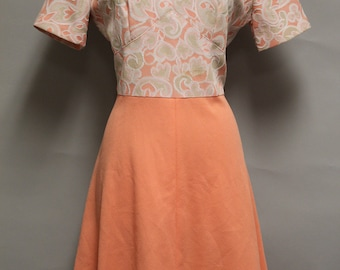 1296 - Vintage Day Dress Size L Peach Floral Short Sleeve Knee Length Polyester 1970s