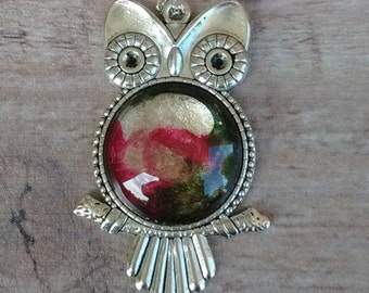 Pendant with multicolored OWL