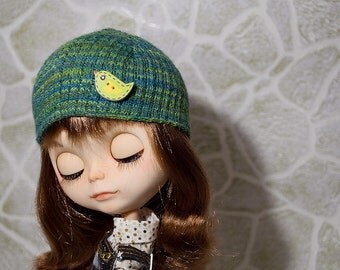 Green hat with bird-button for Blythe