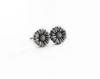 Daisy flower post earrings