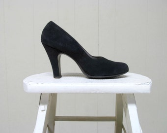 Vintage 1940s Shoes / 40s Black Suede Pumps / 7.5 USA