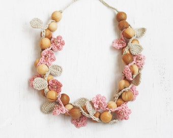 Chunky wooden necklace with crochet flowers and leaves Blush pink Dusty rose Boho chic Gift for nature lover Handcrafted jewelry