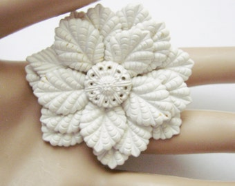 1940s Vintage White Floral Textured Brooch / Molded Plastic / Retro Jewelry / Jewellery