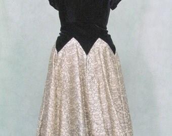 1950s Dress Velvet Rhinestone Full Circle Skirt V Shape Waist 32 34 Inches
