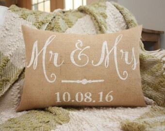 Burlap Pillow / Mr & Mrs / Wedding Gift / Wedding Pillow / Decorative Throw Pillow