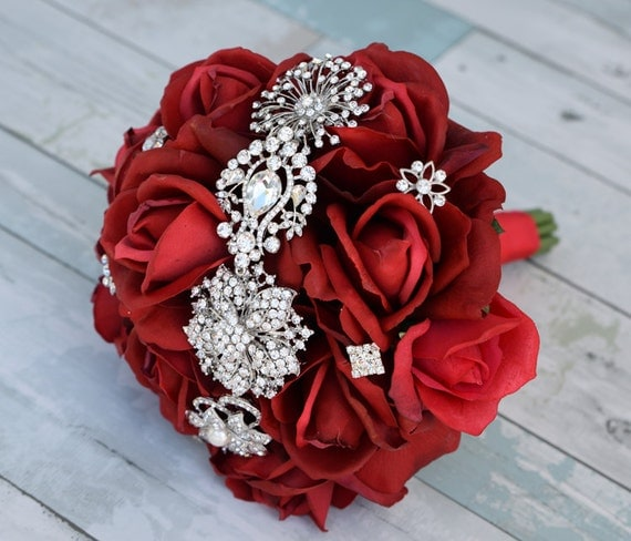 Bouquet de mari e rouge broche natural touch roses de soie - Bouquet mariee rouge ...
