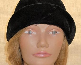Deadstock true late 1920s velvet cloche hat - label still attached