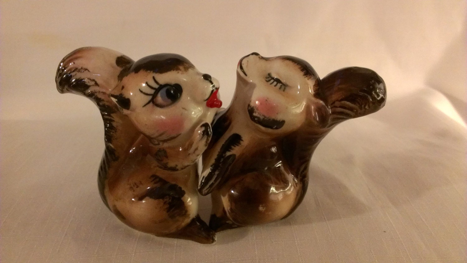 Squirrels hugging salt and pepper shakers 760 - Hugging salt and pepper shakers ...