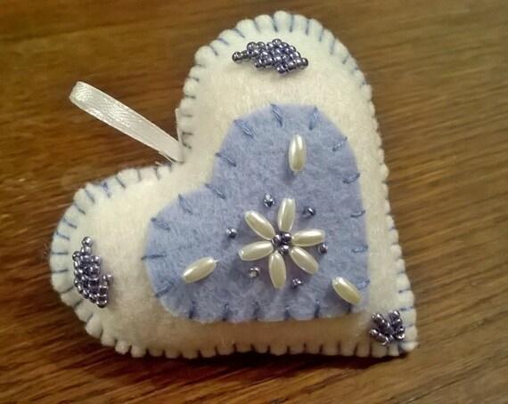 d coration coeur bleu et perles en feutrine brod main. Black Bedroom Furniture Sets. Home Design Ideas