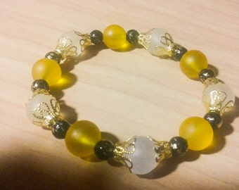 Pretty and sophisticated gold, yellow and black stretch bracelet.