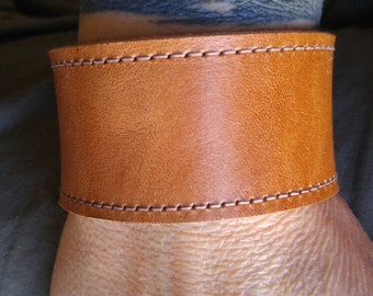 Plain but stylish leather bracelet