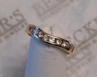 Vintage 14k yellow gold Chevron V curved channel wedding band ring 7 Round Diamonds .21 tw I-I1 size 5.5