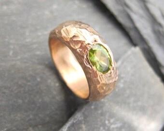 Bague jonc Or rose et péridot création Stéphane de Blaye, bague plaquée or. Bague péridot, fait main en France.