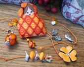 Collier sautoir rouge orangé - poupette coton imprimé - perles d'art, résine polymère et métal argenté