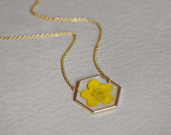 Pressed Butterblume necklace Gold plated 16 K Real buttercup jewelry Hexagonal pendant Crewneck Geometrical necklace Natural Christmas gift