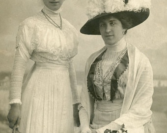 Vintage post card of two women  (951)