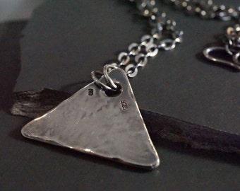Pendentif triangle - En argent massif épais, forgé, martelé et vieilli à la main - Mixte,  pendentif original et mode - N 3042
