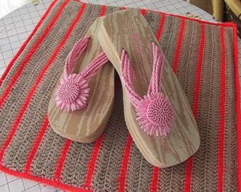 Pink flip flops thongs wedge platform cute flower faux raffia size 7 summer beach vintage 90s.