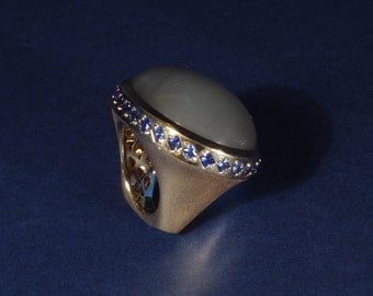 Moon stone ring in 18kt GG studded with sapphires