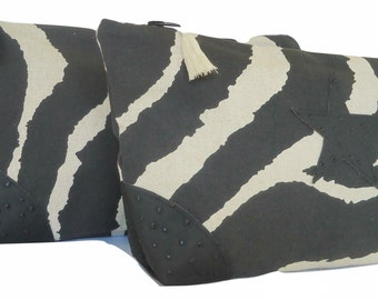 Case in zebra-striped painting, corners in imitation leather.