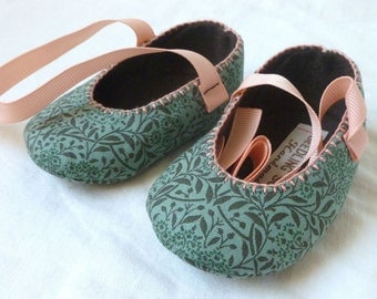 Girls' baby shoes in green floral fabric, hand sewn. Handmade gift, christening, crib shoes.