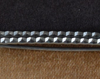 Pretty Vintage Silver tone Diamond Cut Bar Pin (AH5)