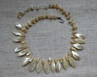 Vintage mother of pearl marquise shape, chips and pearl beads. 1 necklace.