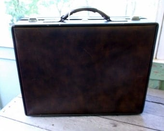 Vintage Finesse Suitcase Similar to Hartmann in style Medium Size Nice Condition in and Out 21 x 16 x 6 1/2