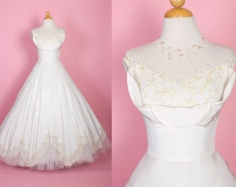 PERFECTION 1950s New Look Designer Cream Pure Silk w/ Tulle & Lace Details Bridal Gown by Cahill of Beverly Hills - 3D Petal Shelf Bust - S