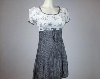 90's Gingham Daisy Rayon Crinkle Mini Dress // S - M