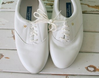 Vintage WHITE LEATHER Loafers..size 7 womens..oxfords. leather. retro. closed toed. urban. boho. hipster. library. classic. lace ups