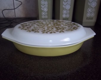 Pyrex Yellow Divided Casserole complete with lid 1 1/2 quart casserole in excellent condition