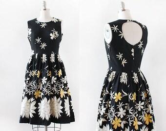 1950s Cut Out Back Dress / Cotton Floral Dress / 1950s Cotton Floral Dress / Black and White Flower Dress / Medium